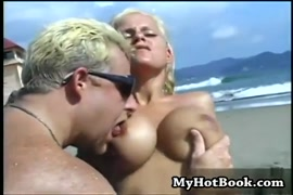 Muller negra seno estrupada no quarto