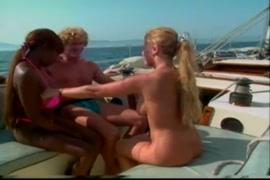 Mulheres fazendo sexo na posicao mamae e papai