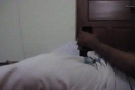 Camera escondida dentro vaso sanitario flagra mulheres