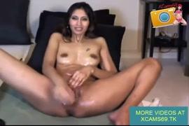 Garota pega o homem se masturbando