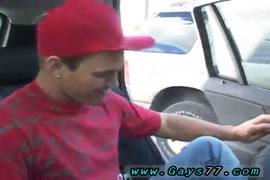 Indias jovens pintando a bucetas uma das outras