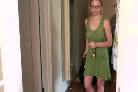 Mulher dando pro cachorro do pau bem grande e fica entalada