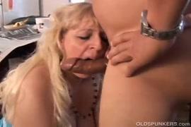 Mae lesbica gozando na buceta da filha