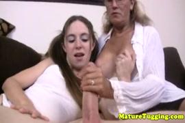 Mulher mijando com a buceta cheia de porra