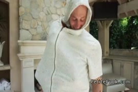 Massagem de dois homens em uma mulher
